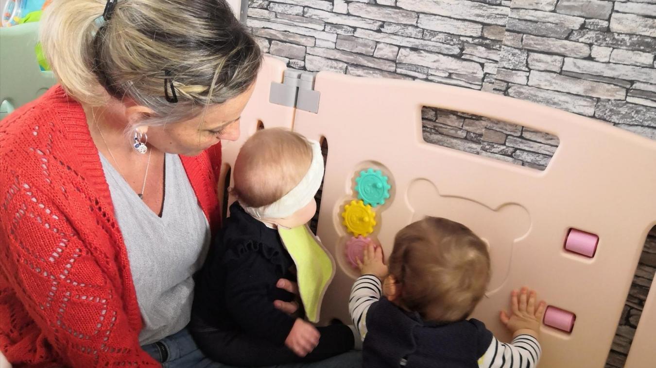 Carole et Michaël Leclercq, assistants maternels, continuent d'accueillir des enfants dont les parents travaillent. Si au début du confinement ils n'avaient pas de masques (notre photo), ils sont désormais équipés.