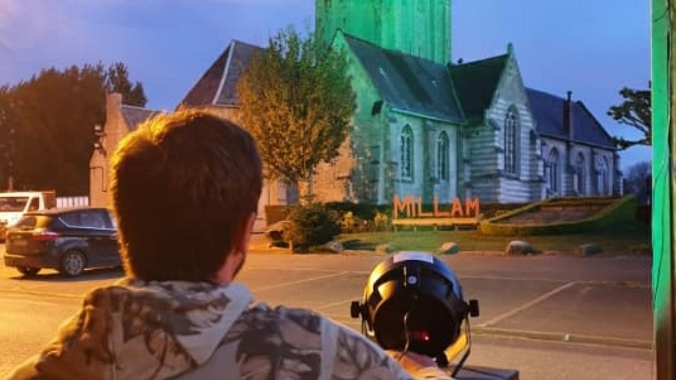 Florent a eu une idée : éclairer l'église avec le spot qu'il utilise lorsqu'il anime des événements.