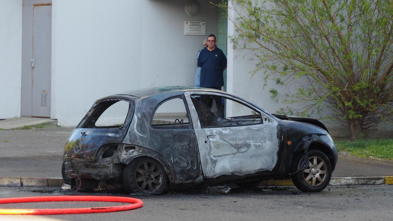 Une voiture incendiée en pleine journée rue Stevens à Calais