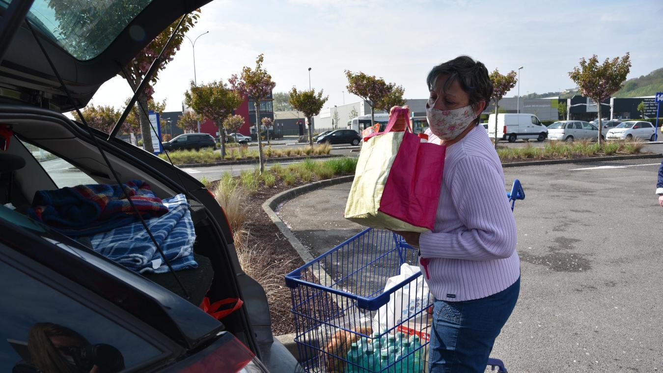 Dominique ne sort jamais sans son masque et ses nombreux produits dans son sac à main pour faire ses courses en sécurité.