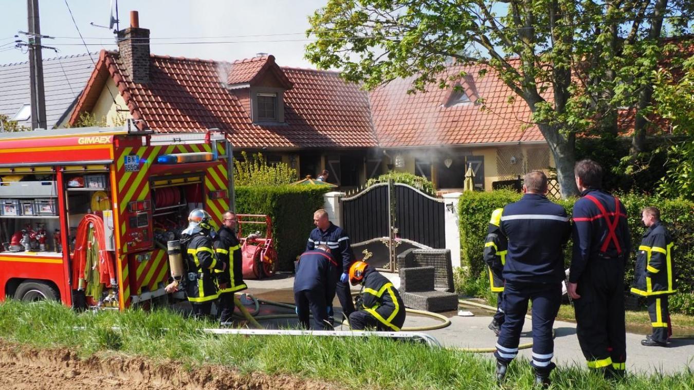 Alors que le feu est en passe d'être maitrisé, les sapeurs-pompier font un premier compte-rendu de la découverte de la victime.