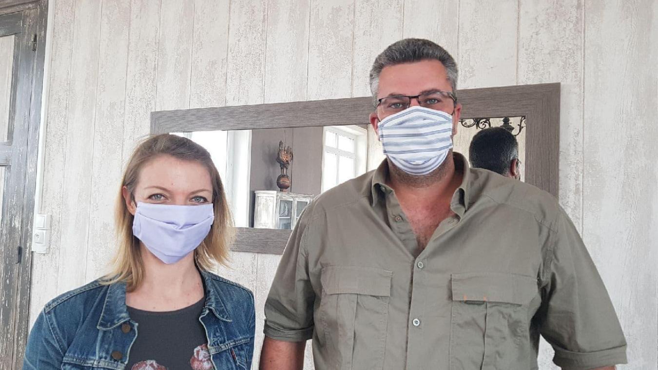 Les Guempois seront pourvus d'un voire deux masques (portés ici par Dominique Lefebvre et le maire Charles Cousin) grâce aux couturières bénévoles.