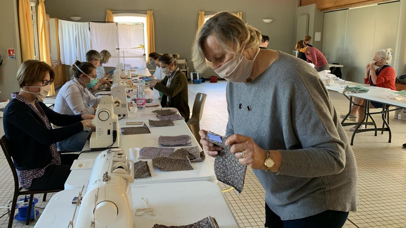 Michelle Guwy, au premier plan, a organisé l'atelier de couture de masques de Noordpeene.