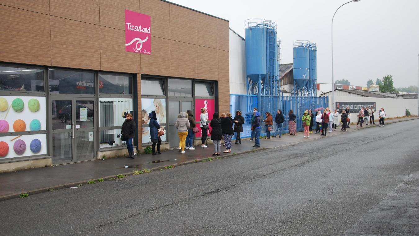 Mardi 28 avril à 11 h 20, la file d'attente était longue devant Tissuland.