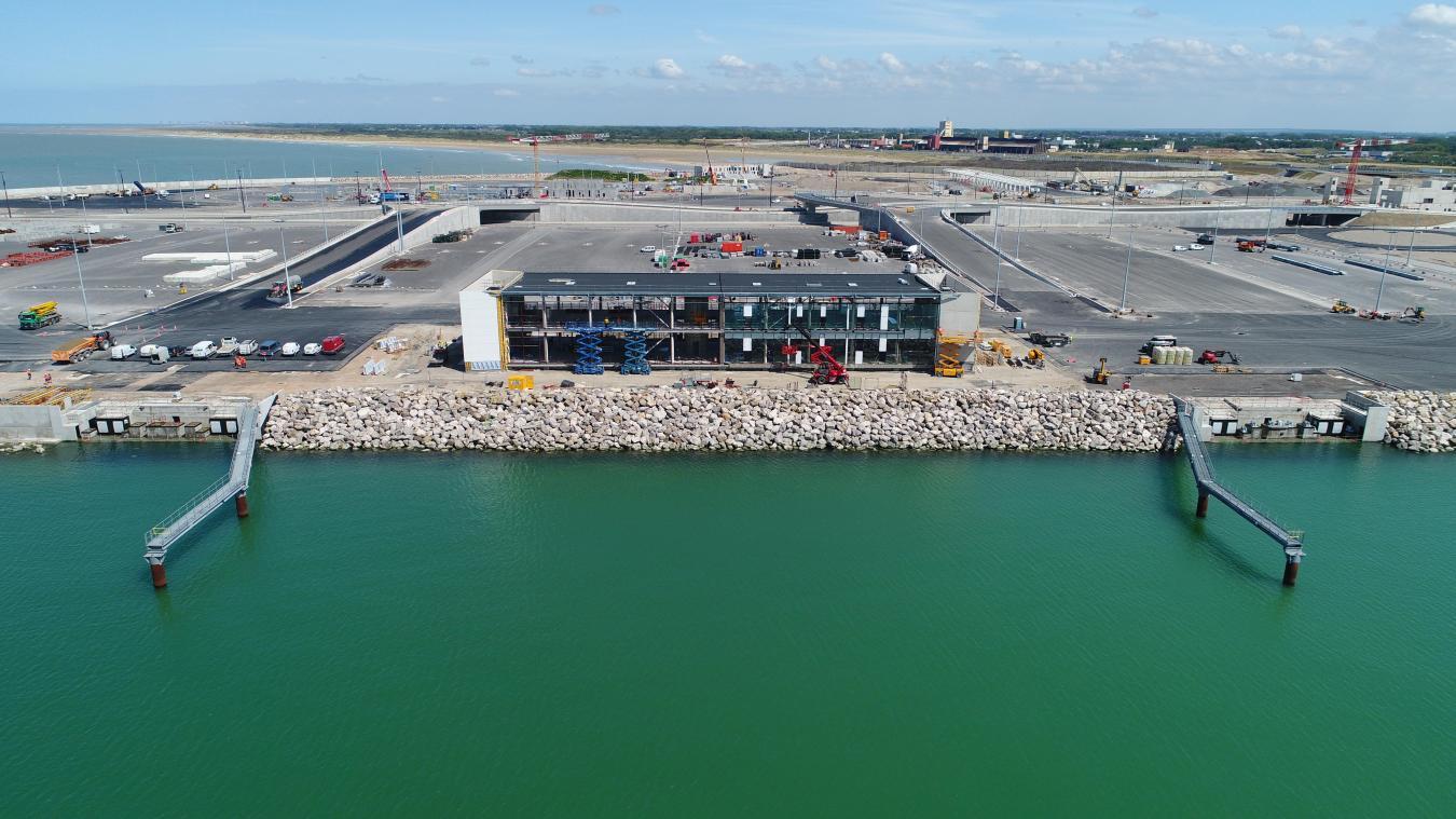 Le bâtiment de service aux usages transmanche, en face des quais P11 et P 12, accueillera, antre autres, les voyageurs en attente d'embarquement.