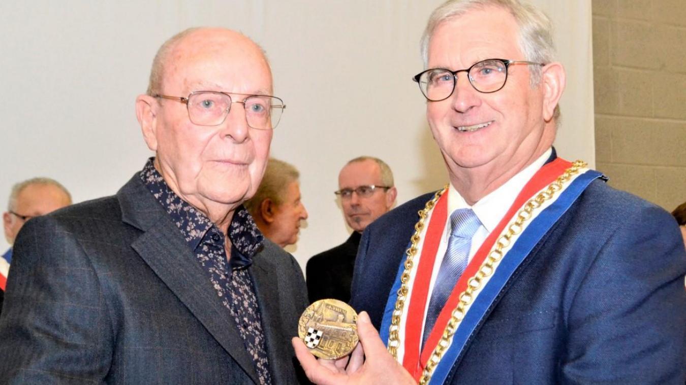 Le maire, Pierre Bouttemy (à droite), avait remis au docteur Denys, la médaille de la commune. Pour tout le service rendu aux Warhemois.