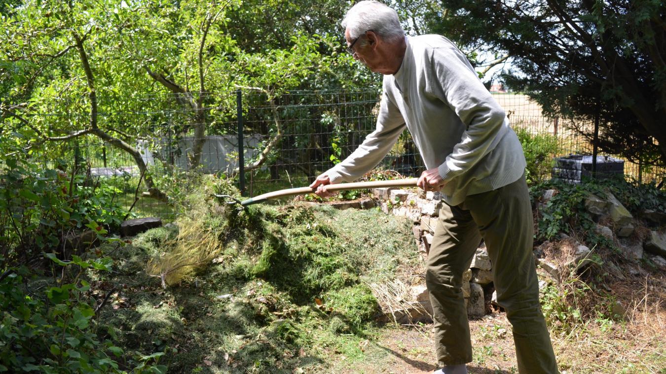 Jean-Marie, qui entretient un grand jardin comme la plupart de ses voisins, doit momentanément stocker l'herbe coupée au fond de son terrain.