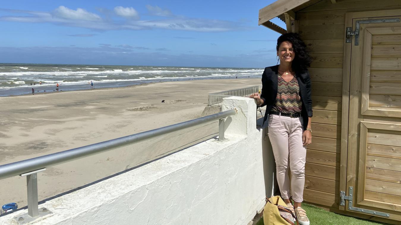 Mary Bonvoisin, installée devant la bibliothèque de plage, est très heureuse de voir revenir les touristes dans sa station.