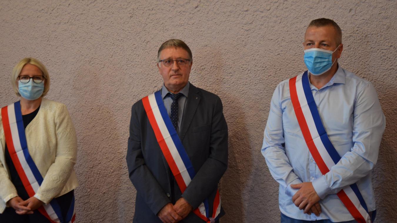 Isabelle Grignon et Frédéric Magnier, adjoints, entourent Denis Prévost, élu maire ce samedi 4 juillet.