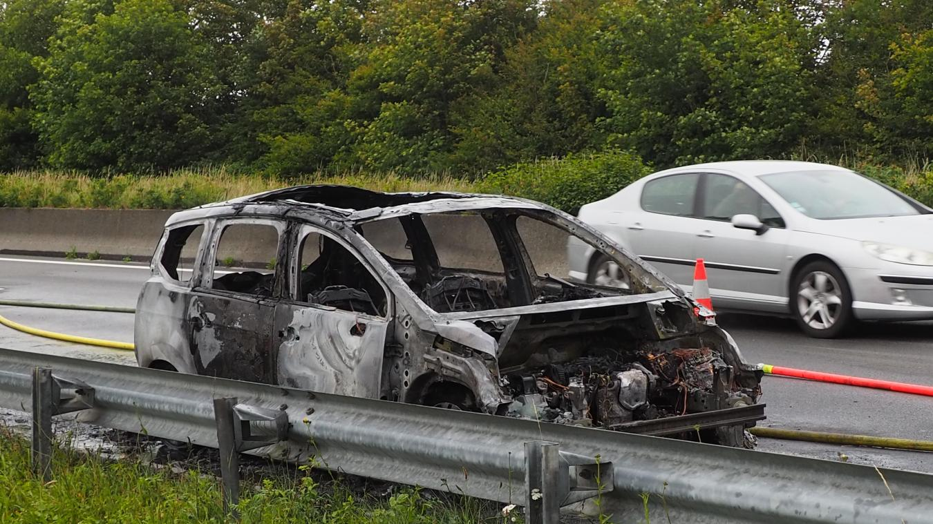 Il ne restait que la carcasse de la voiture après l'incendie.