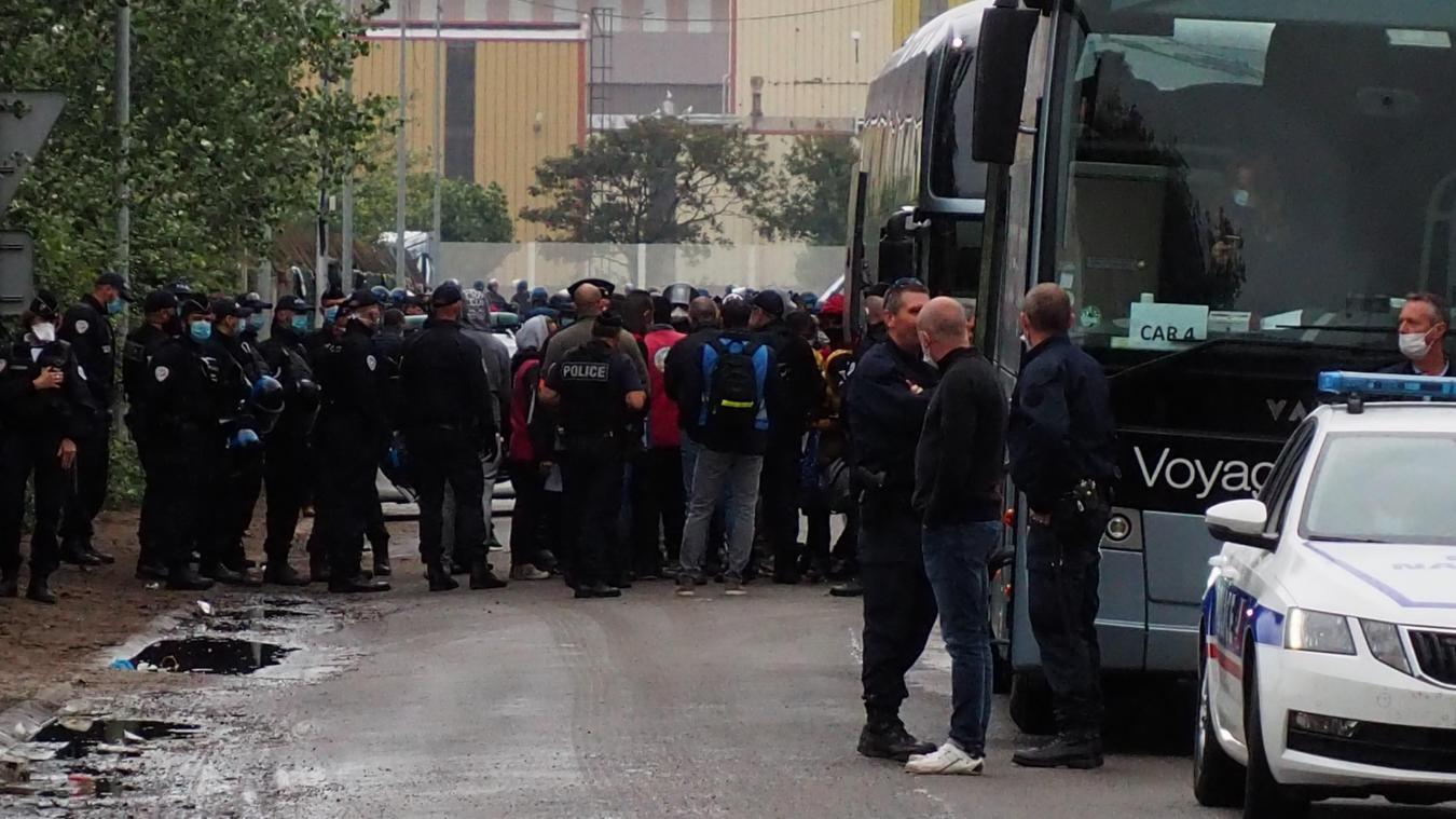 Les réfugié sont embarqués dans des bus depuis 5h ce vendredi matin.
