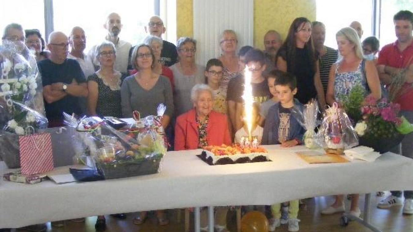 Très entourée, au moment de souffler le gâteau d'anniversaire.