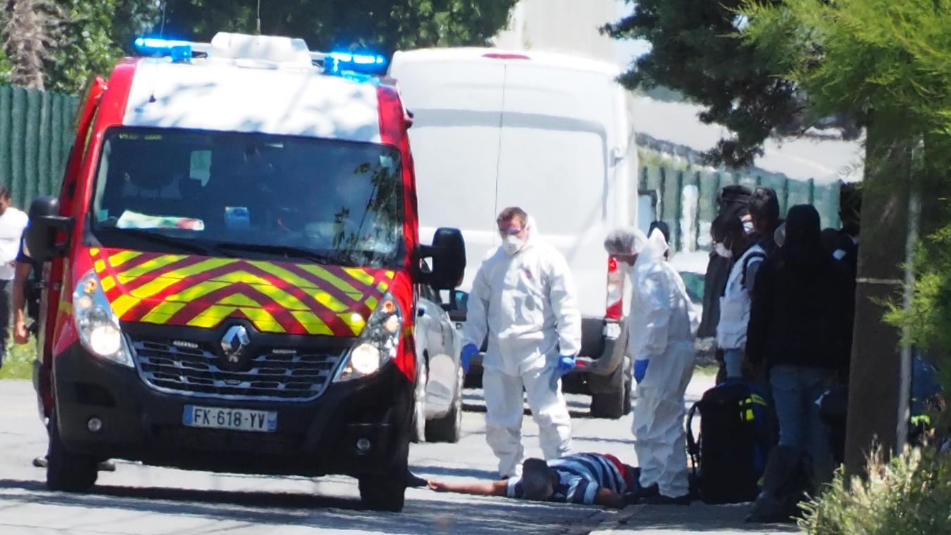 La victime était allongée au sol à l'arrivée des pompiers.