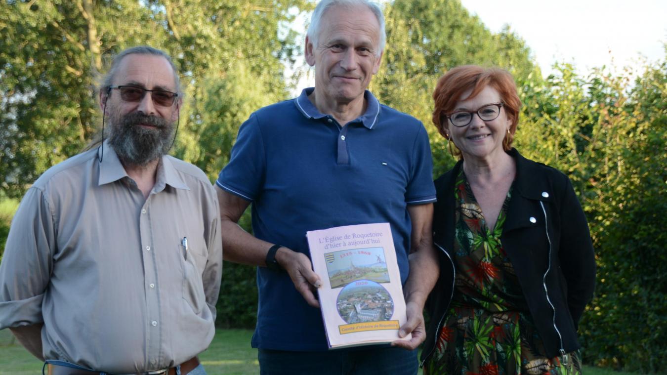 Christian Bruge, Michel et Mylène Hermant présentent le nouveau livre du Comité d'Histoire de Roquetoire.