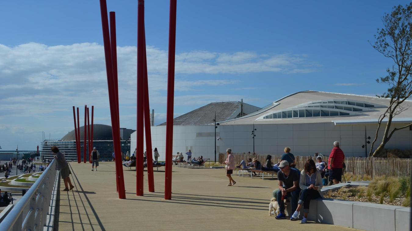 Depuis la passerelle, on rédécouvre une vue splendide sur le port, la ville et le large. Une nouvelle perspective.
