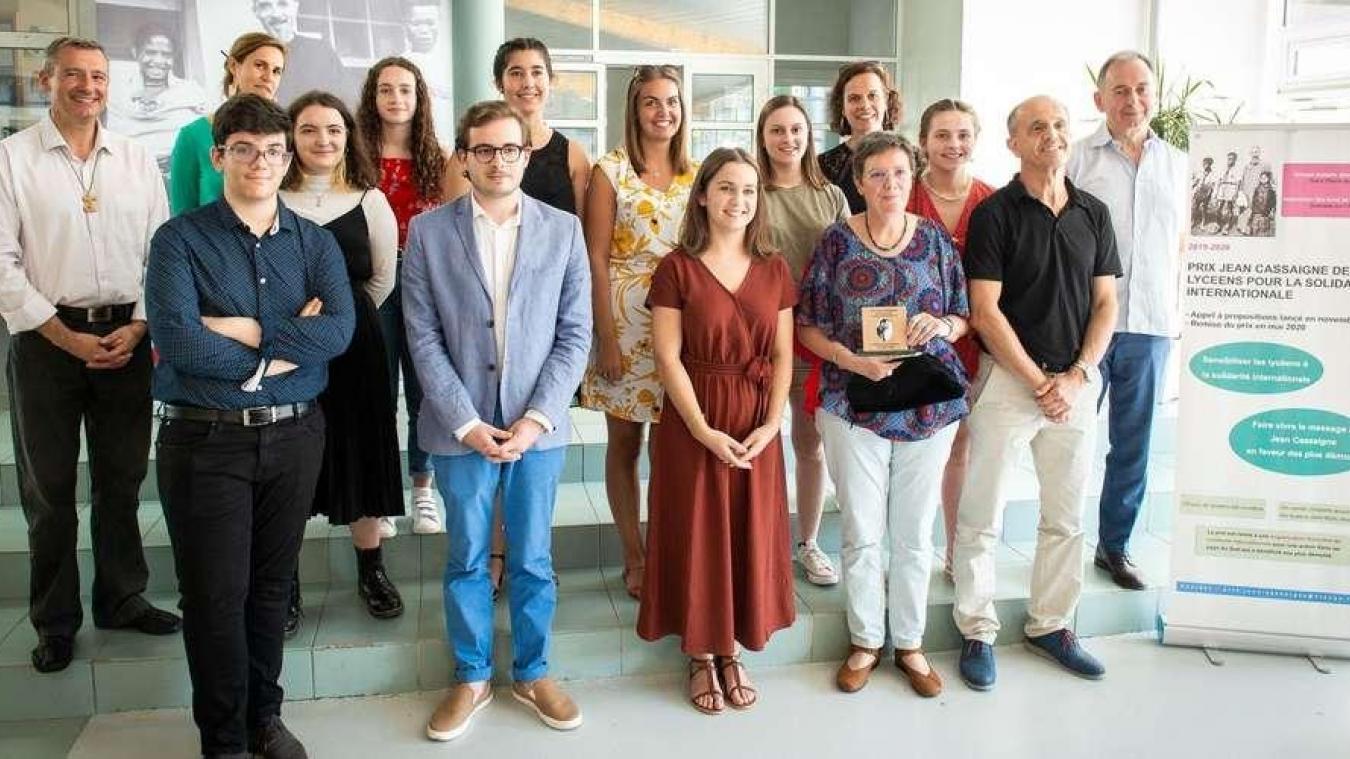 Les lycéens ont remis le prix Jean Cassaigne à l'association.