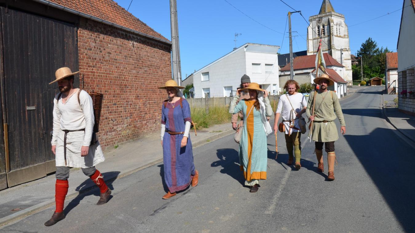 Lundi 13 juillet, en début de matinée : c'est parti pour plus de 20 kilomètres en costumes d'époque.