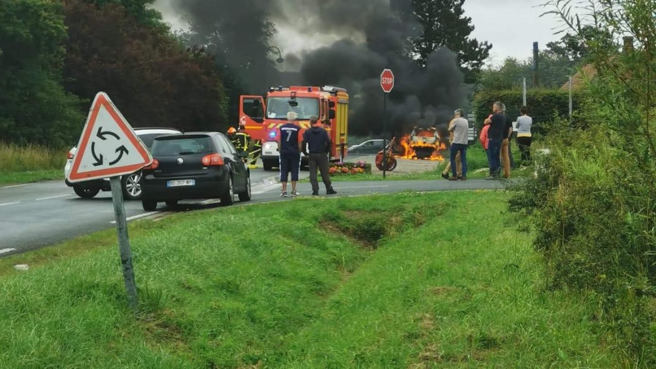 Saint-Inglevert: une voiture s'embrase à la sortie de l'A16 (VIDÉO)