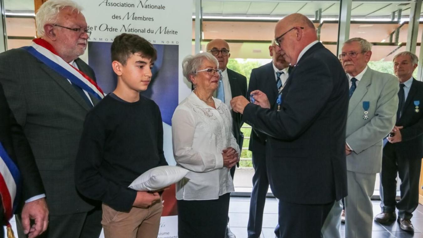 Marc Derasse a remis la médaille de l'Ordre du mérite à Thérèse Mazouni, jeudi dernier.
