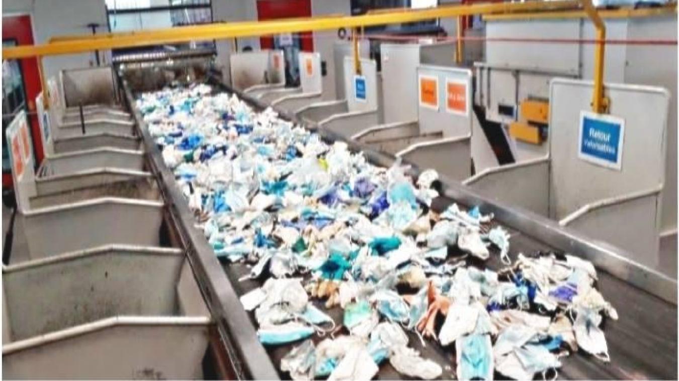 Le 10 juillet, en 8 heures de tris de déchets recyclables, voilà les masques et gants récupérés par les agents du Sevadec à Calais.