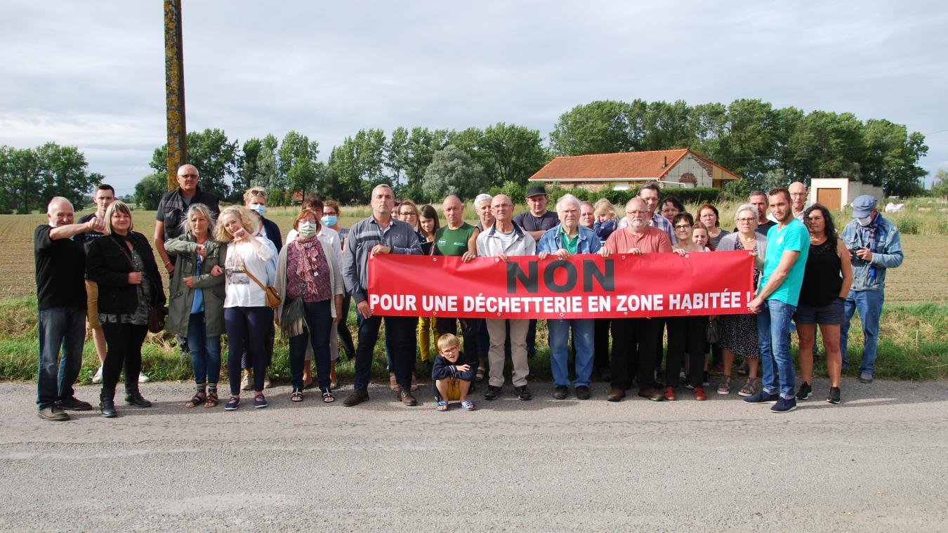 Une trentaine de riverains se sont réunis en collectif pour protester contre le projet de déchetterie intercommunale route d'Estaires à Merville.