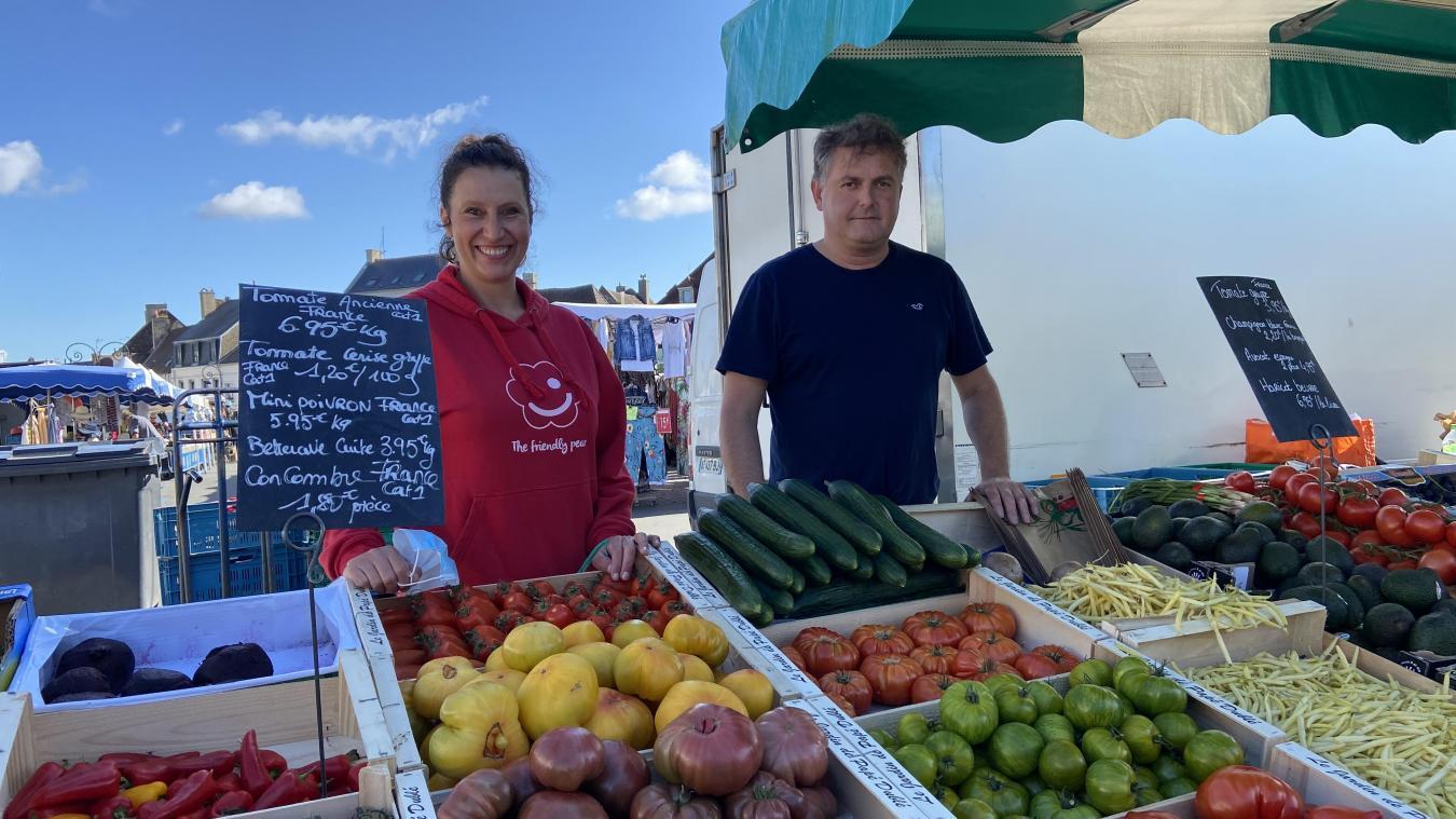 Ça sent bon l'été avec les jolies couleurs des légumes que vendent Lætitia et Jean-Claude Leduc sur le marché du samedi matin de Montreuil.