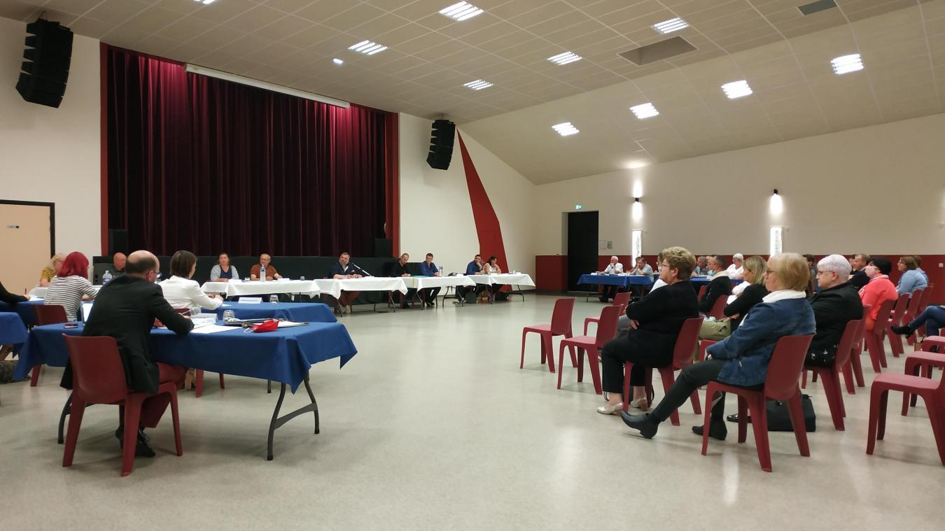 Le deuxième conseil municipal de cette mandature s'est tenu mercredi 15 juillet dans la salle des Balladins, distanciation sociale oblige.