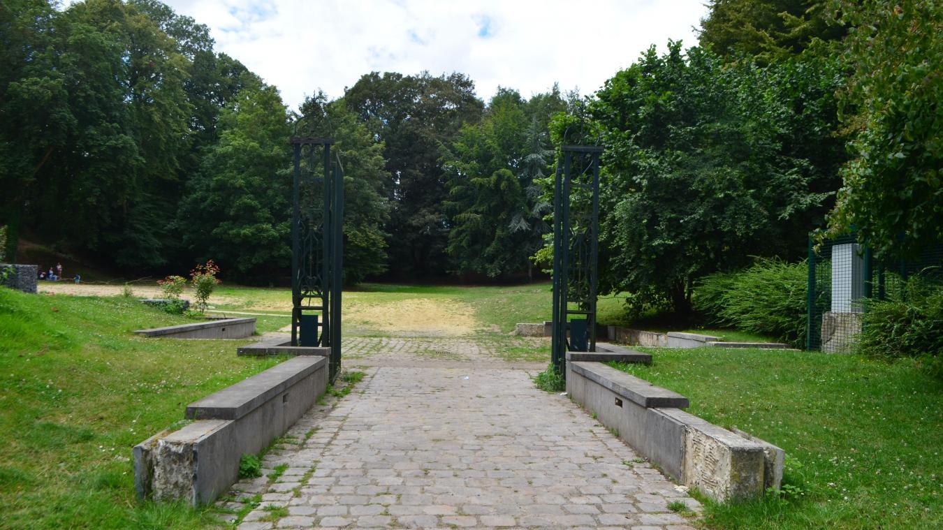 Les portes de l'entrée du donjon, à Bapaume.