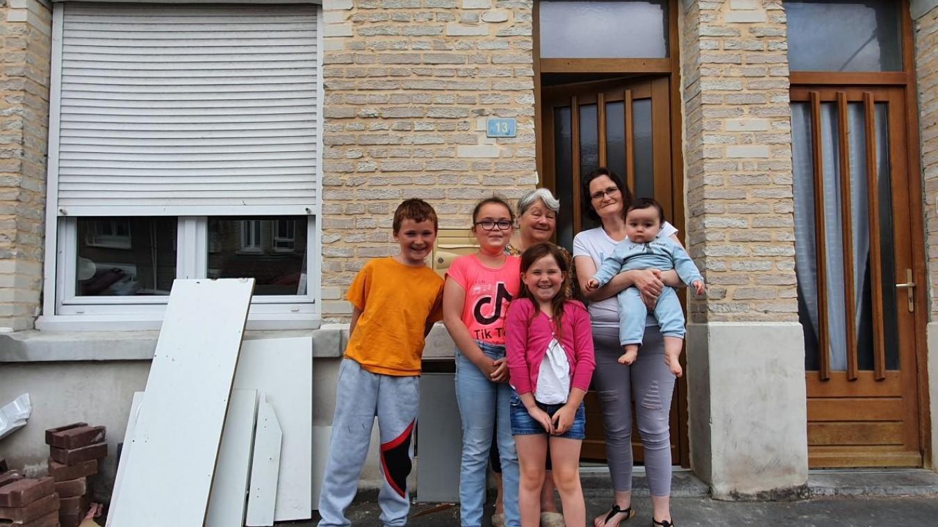 Orlane Wispelaere avec ses quatre enfants et sa belle-mère.