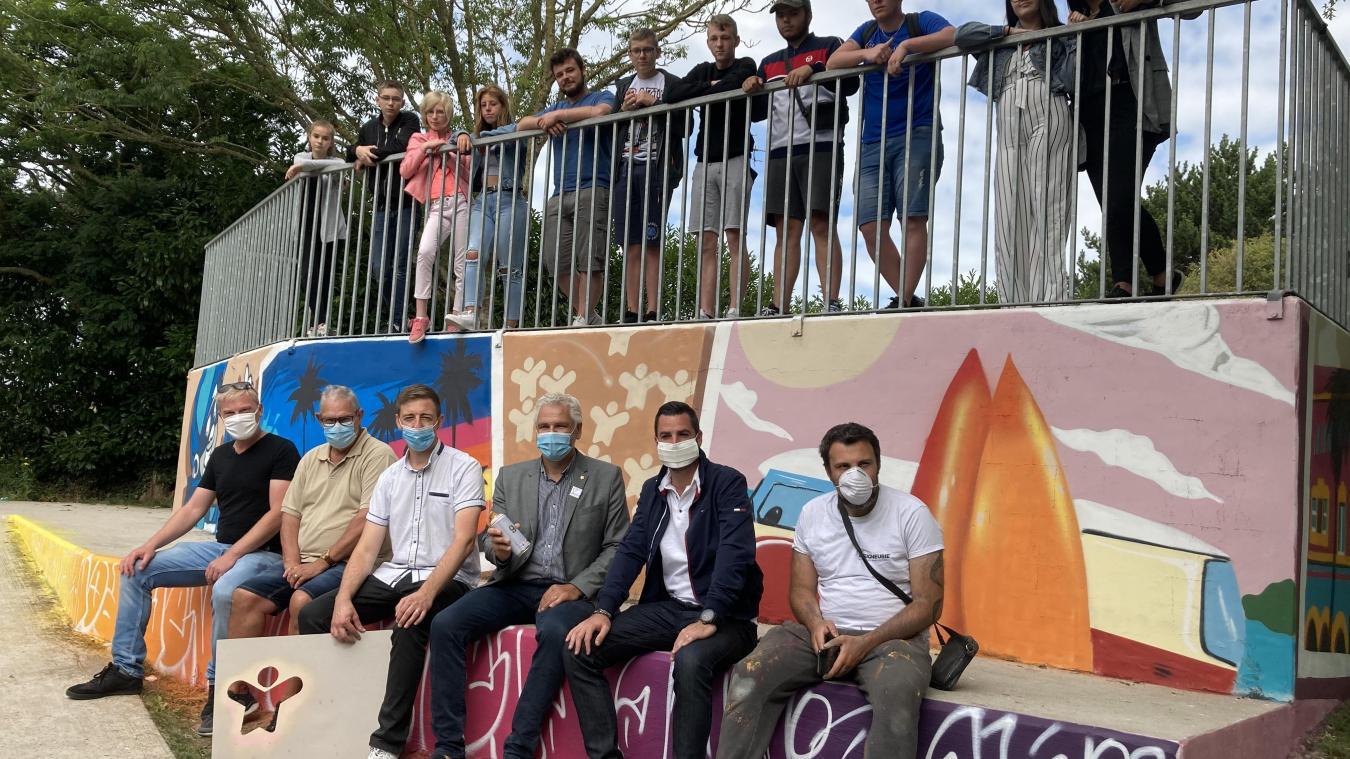 Les élus de la ville sont venus saluer le magnifique travail réalisé dans le cadre de ce stage d'initiation au graffiti.