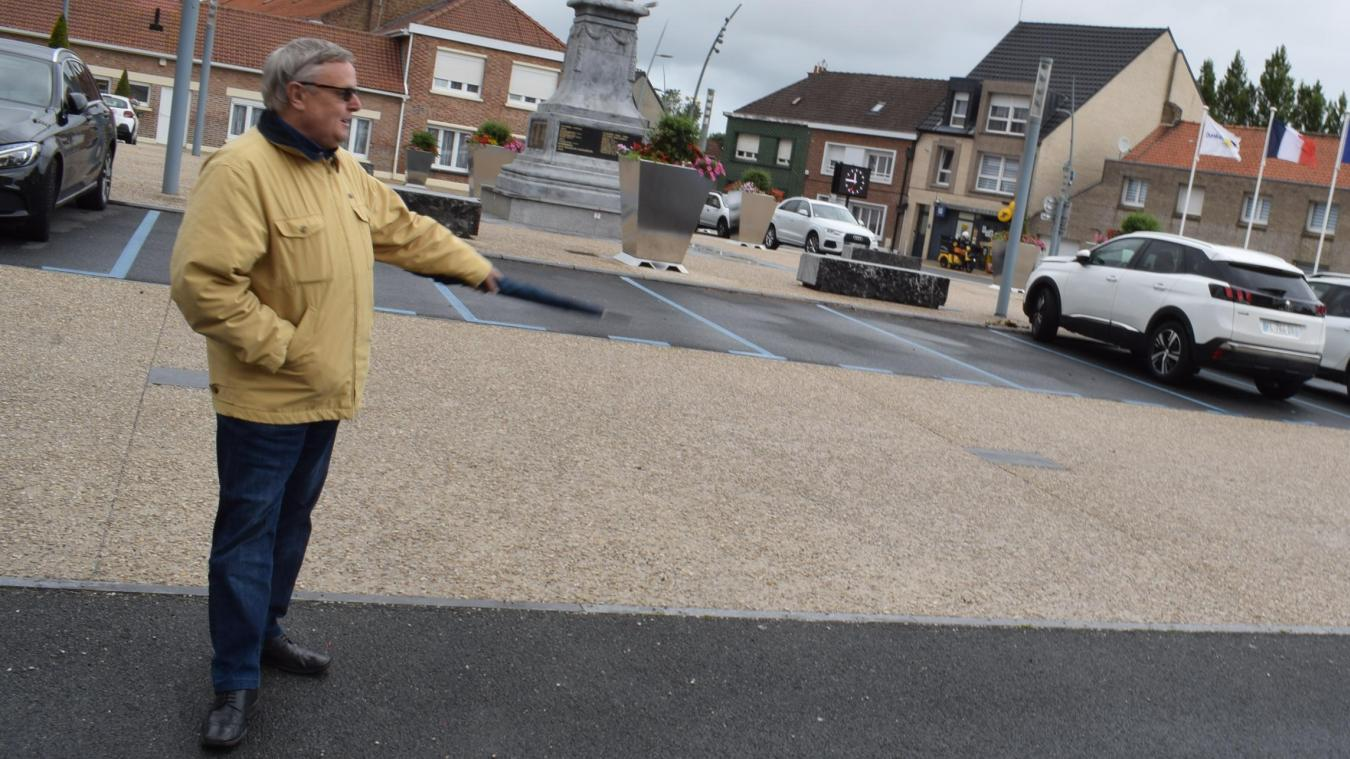 Comme le montre le maire, Patrick Théodon, c'est sur la place Cornette que devrait se dresser le premie marché de la commune.