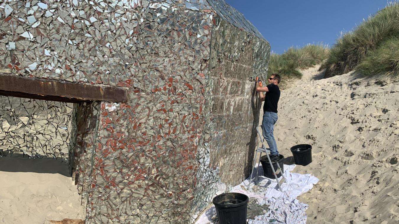 Bertrand Seguin a commencé à démonter son œuvre ce vendredi 17 juillet, sur le sable de Leffrinckoucke.