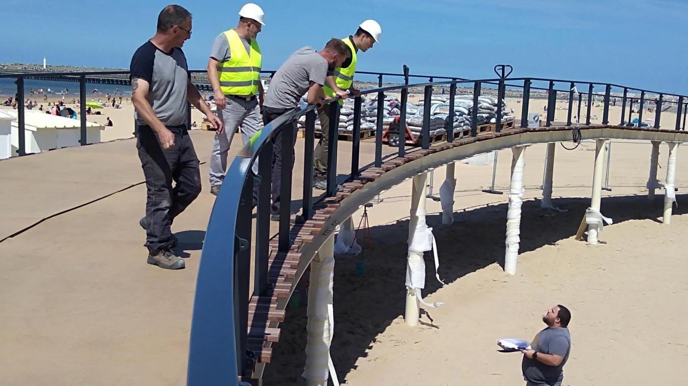Alors qu'un poids de trois tonnes est sur une travée, des mesures sont prises en dessous de l'édifice.