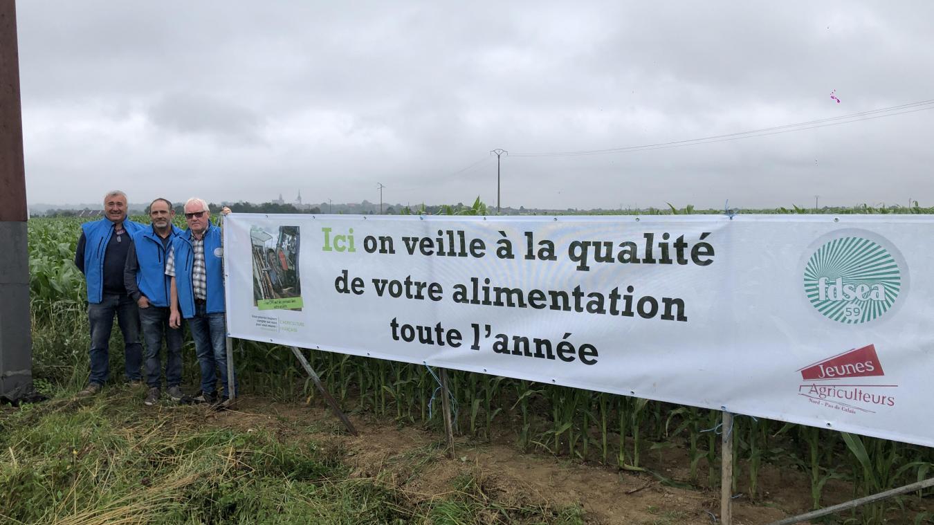 La banderole a été installée sur le rond-point de l'Haeghedoorne à Méteren.