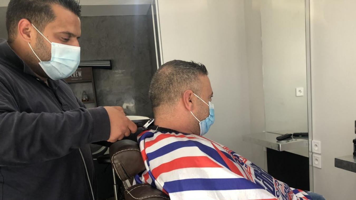 Youssef doit ouvrir son barber shop d'ici la fin de semaine, rue de la République.