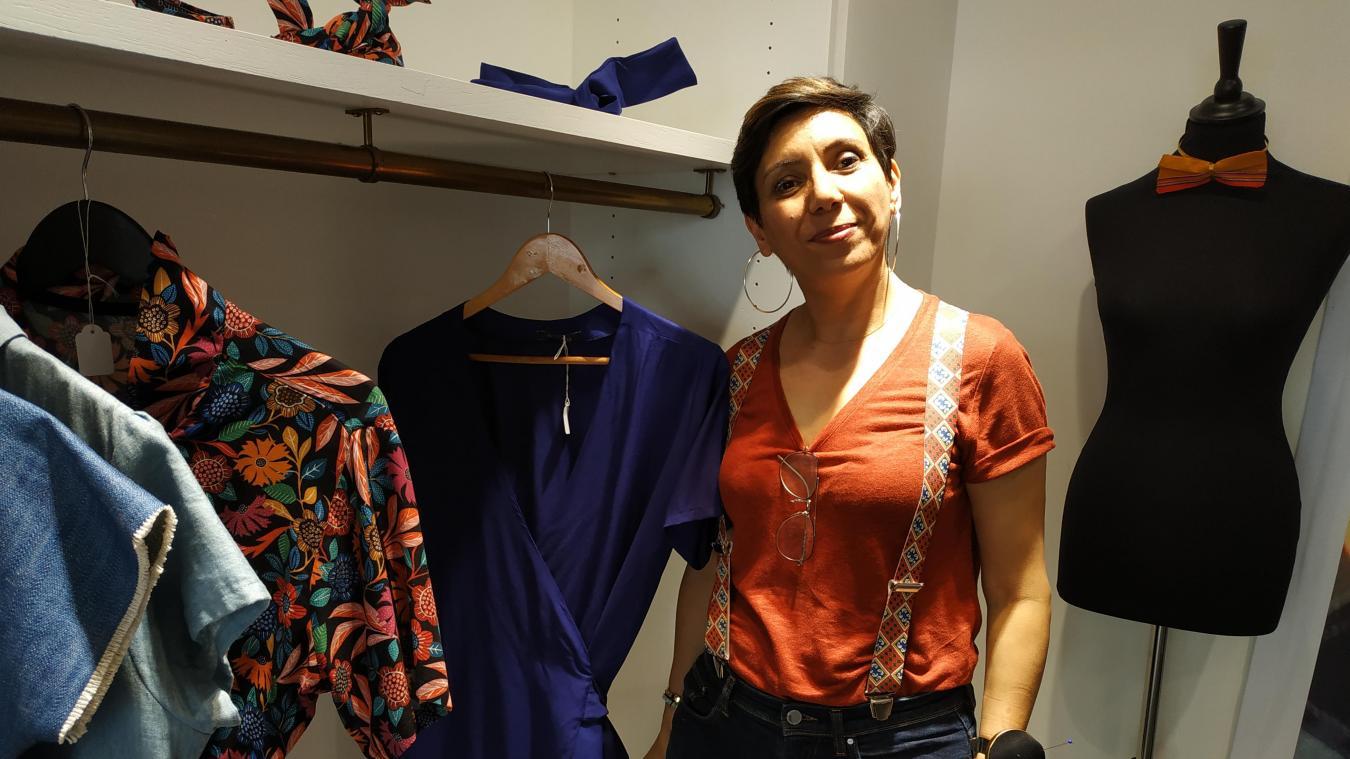 Saadia Aouzal pense elle-même ses vêtements et ses tissus avant de les proposer à ses clients  dans sa boutique Harbalisa.