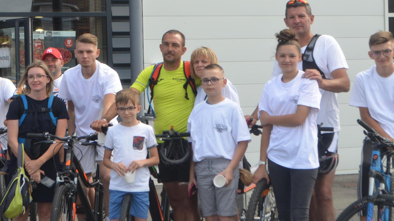 David Marcassin (en jaune fluo) a terminé un périple de 1 044 kilomètres à vélo.