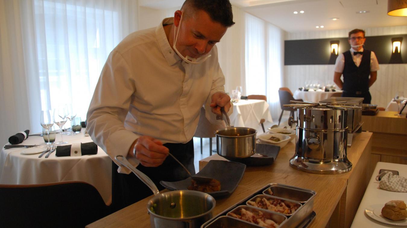 Le chef cuisine en direct, à chaque table et sous les yeux des clients.