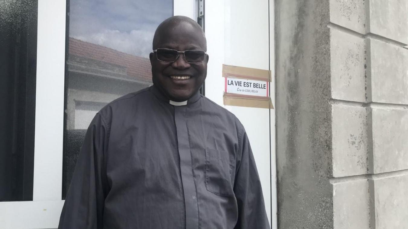 Éloi Rumba quitte la paroisse de Vitry après huit ans de présence. Il laissera l'autocollant sur la porte, pour son successeur, l'abbé Bernard Denis.