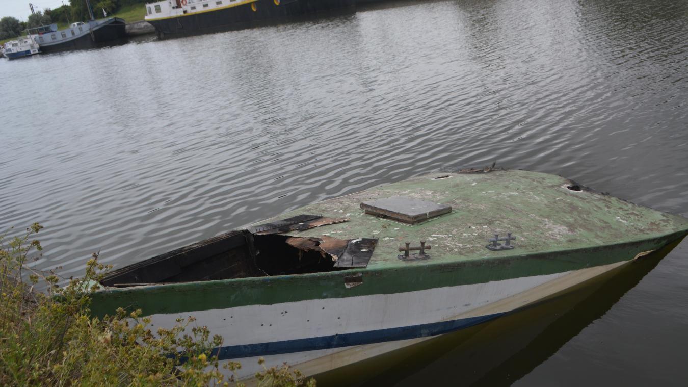 Le bateau sur lequel Brandon avait ses habitudes, quai de Mardyck, a été brûlé le 19 juillet. En partie coulé il est désormais inhabitable. Le garçon a perdu son refuge.