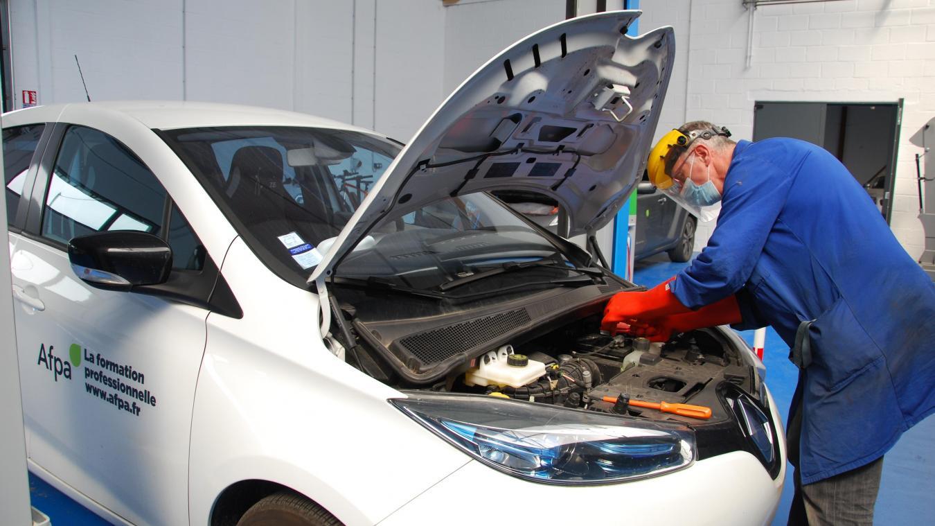 Un plateau technique avec des véhicules électriques est mis à disposition des stagiaires. Ils peuvent ainsi pratiquer et appréhender toutes les règles de sécurité liées à la manipulation des batteries lithium-ion.