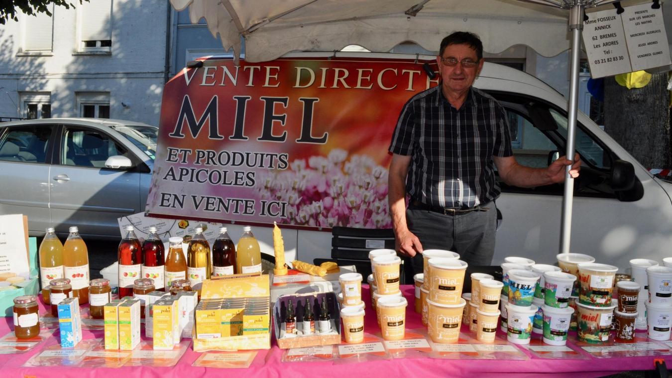 Daniel Fosseux, apiculteur, devant son stand au marché nocturne de Guines, qui se déroule ce mercredi soir place des Tilleuls de 18h à 21h.