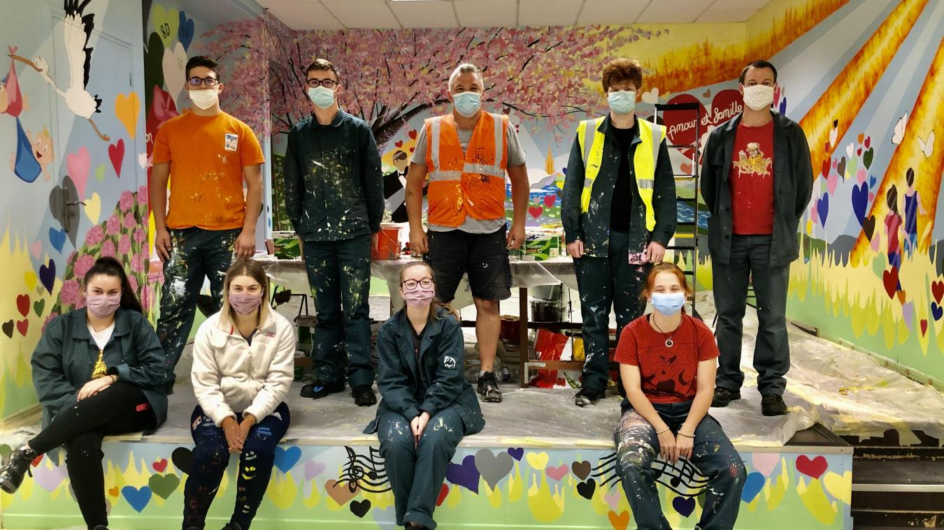 Les jeunes Grenaysiens Anthony, Adrien, Émilien, Gwendoline et Océane ont été épaulés par Jim McKee (au centre en orange), Mickaël Bavetta (à droite) et Camille (en bas à droite), étudiante en arts.