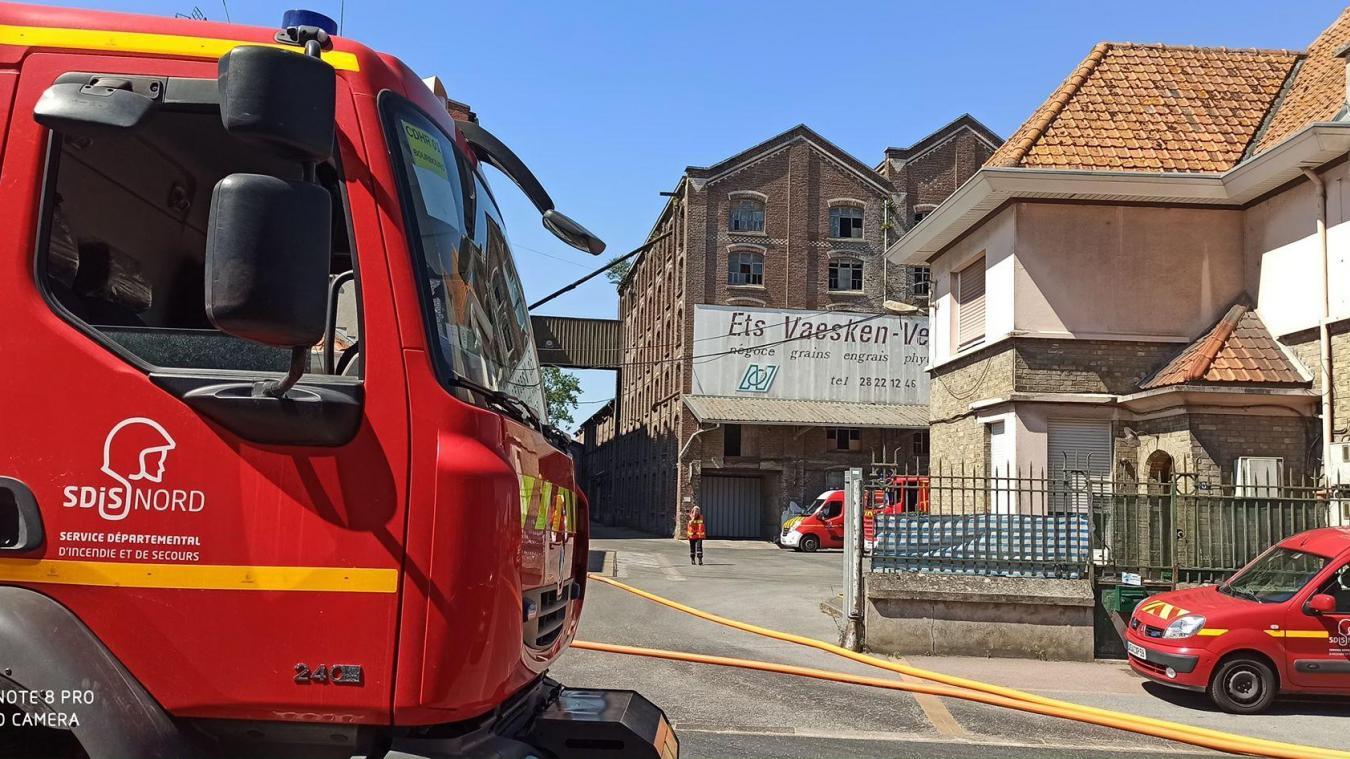 Sur place, les pompiers ont mobilisé deux lances à eau pour entrer à l'intérieur du silo en feu.