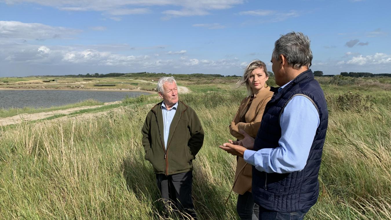 Roger Catez, Laura Fauchoit et Jean-Michel Taccoën sur le terrain, où ils examinent l'une des mares du domaines.,