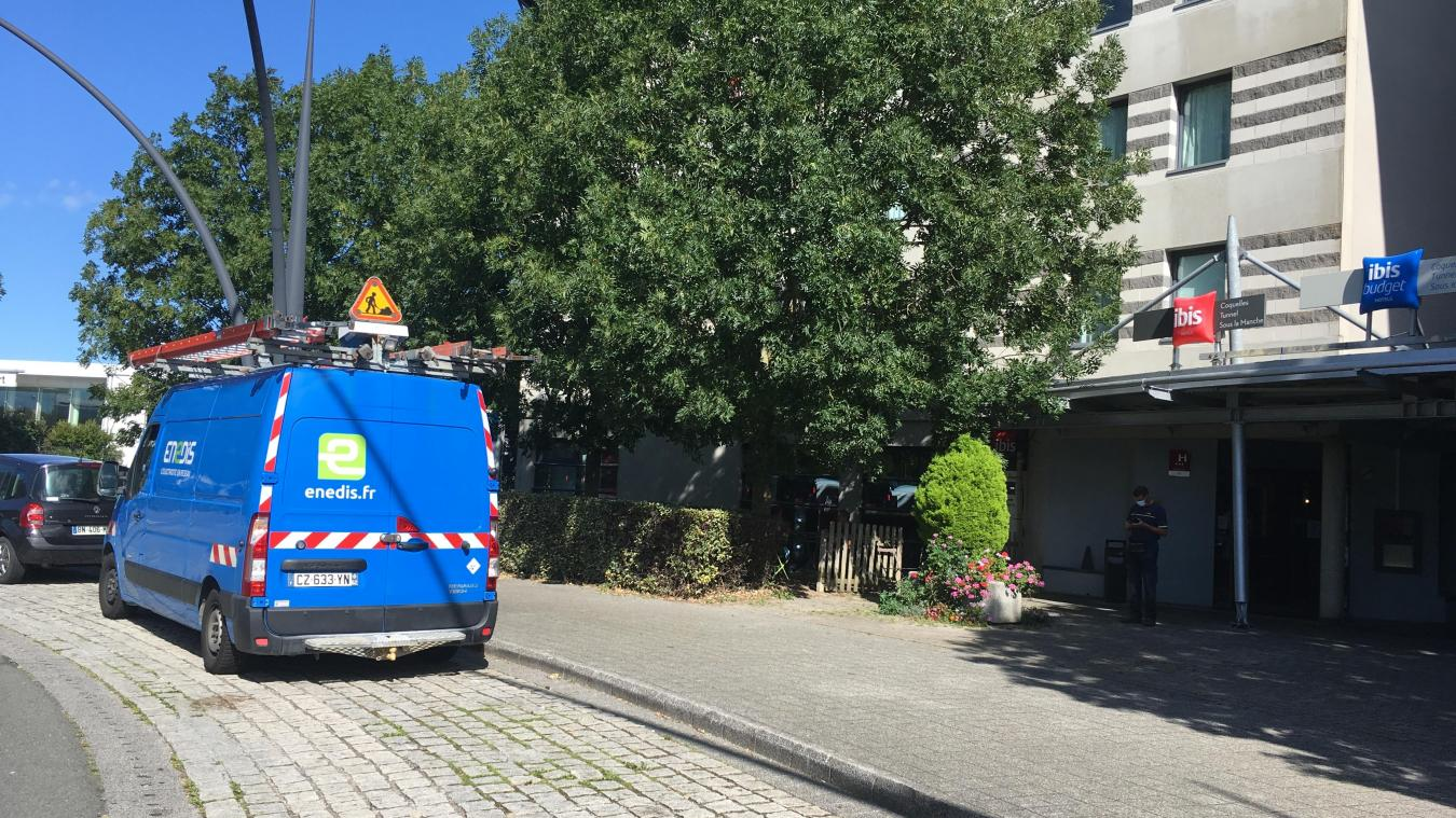 Environ 80 clients sont sortie de l'hôtel, par précaution. La fumée venait d'un néon.