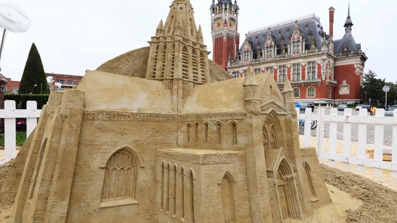 Des sculptures de sable sortent de terre à Calais.