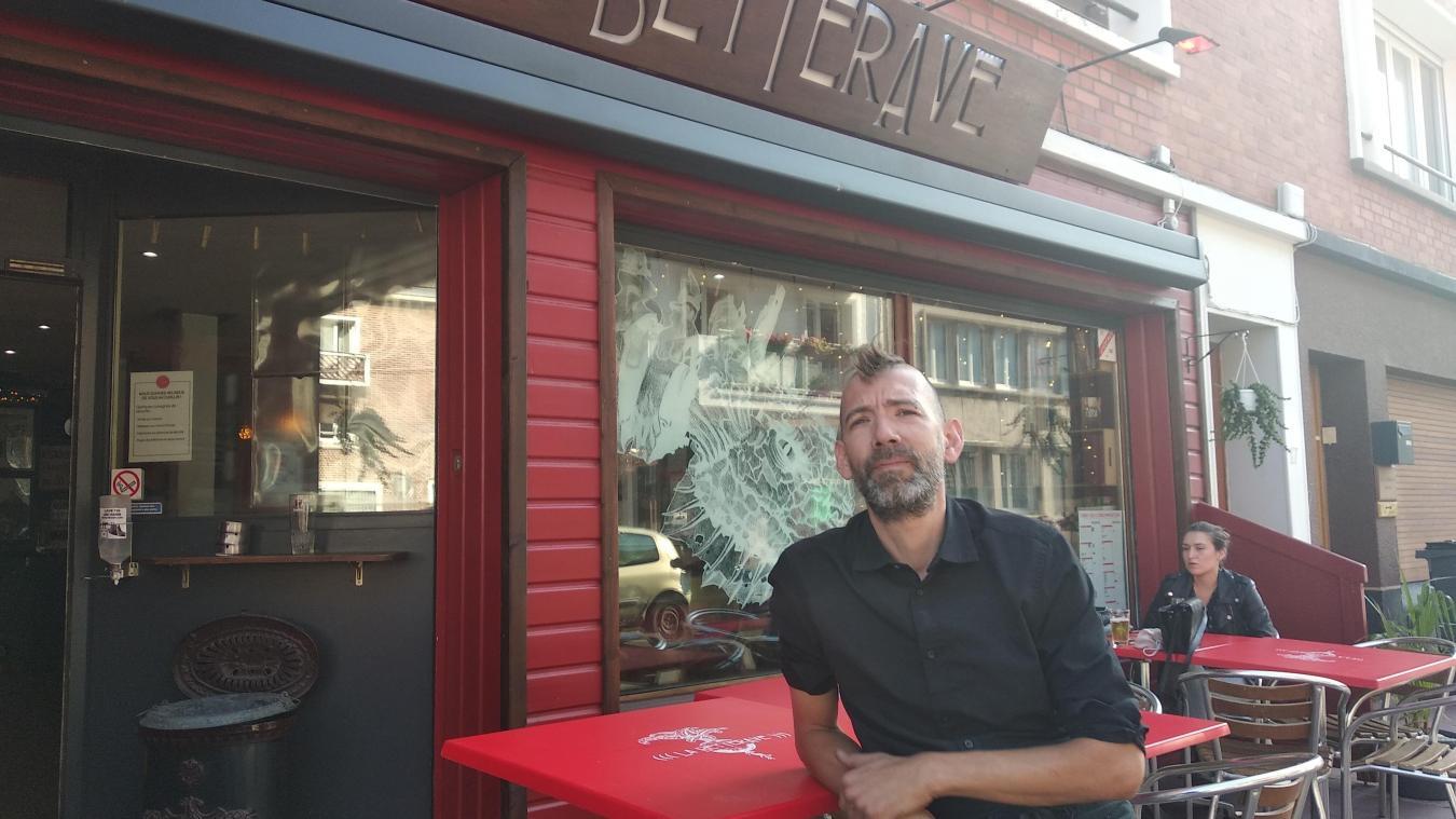 En changeant le côté de stationnement, Loic Lassalle pourrait avoir un espace en plus pour mettre des tables et des chaises juste devant son bar.