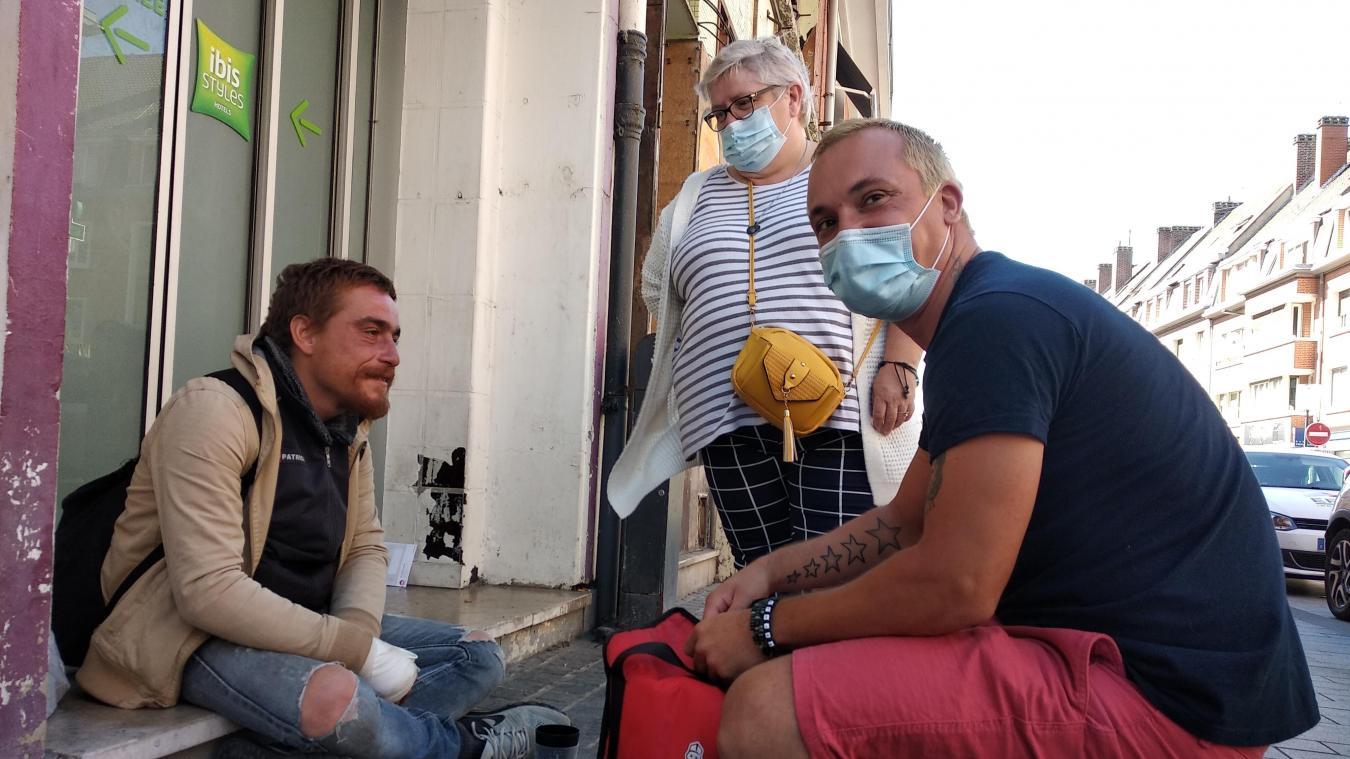 Benjamin et Sylvie en train de distribuer du café, rue Royale, durant une maraude.