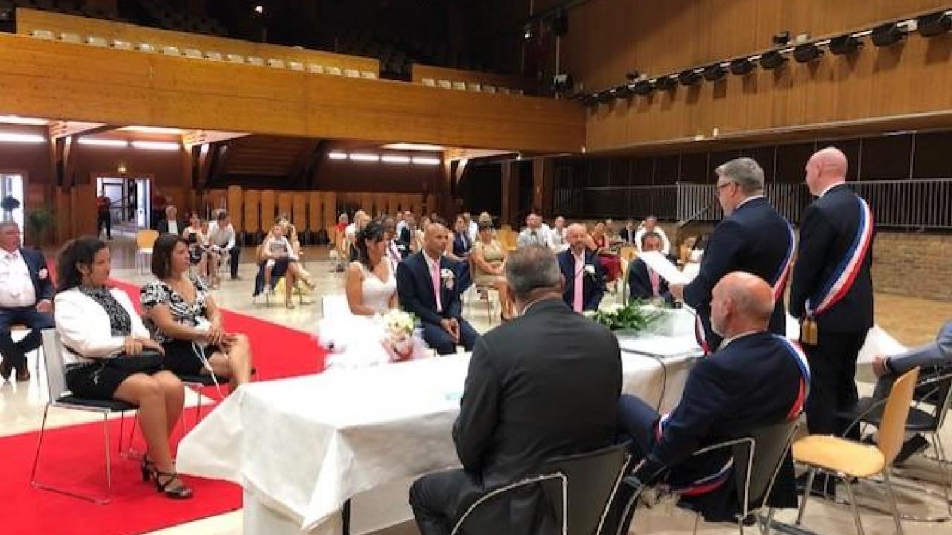 Le mariage de Virginie et Thierry (au centre) s'est déroulé dans la salle centrale du palais des arts afin d'accueillir un maximum d'invités, tout en respectant la distanciation.